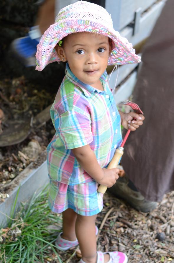 "Jisraël, la plus jeune potagiste du ""jardin Cambier"" ;-)"