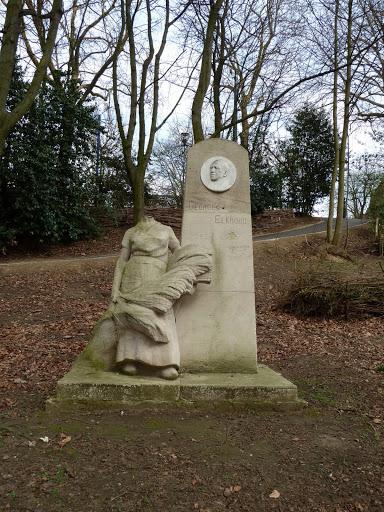 Une femme sans tête qui   honore la mémoire d'un homme illustre.