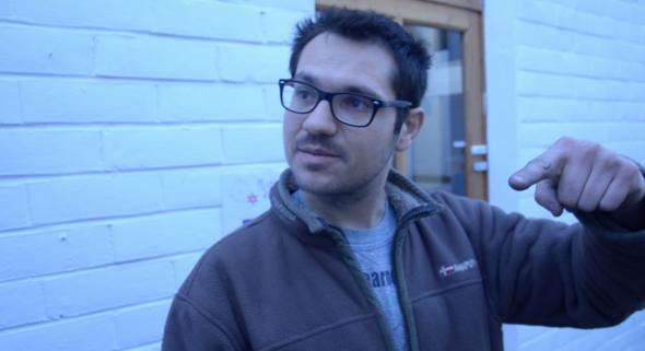 Manuel, qui s'occupe à la fois de l'accueil et des réparations de vélos